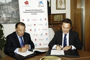 """Salvador Santos, presidente de FUE, y Juan Carlos Gallego, director ejecutivo territorial de """"la Caixa"""", durante la firma del convenio."""