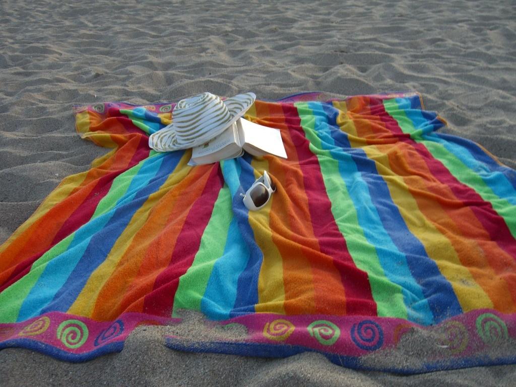 libro sombrero toalla playa